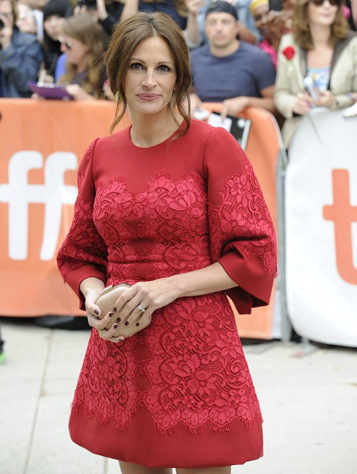 Julia Roberts hit the red carpet in this red Dolce and Gabbana number. Not digging those sleeves…