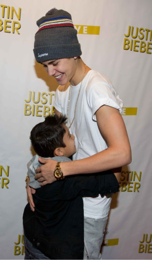 5 of the cutest justin bieber meet and greets page 3 of 6 celeb 2 of 5 justin and his apparent mini me in fresno ca during the believe tour m4hsunfo