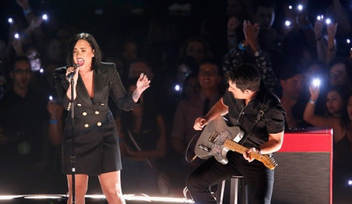 "Brad Paisley and Demi Lovato perform ""Stone Cold"" at iHeartRadio Awards"