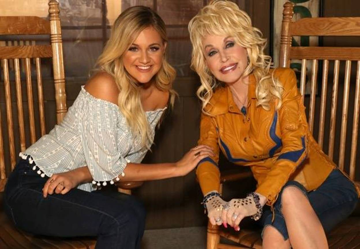 dolly parton and kelsea ballerini at cracker barrel