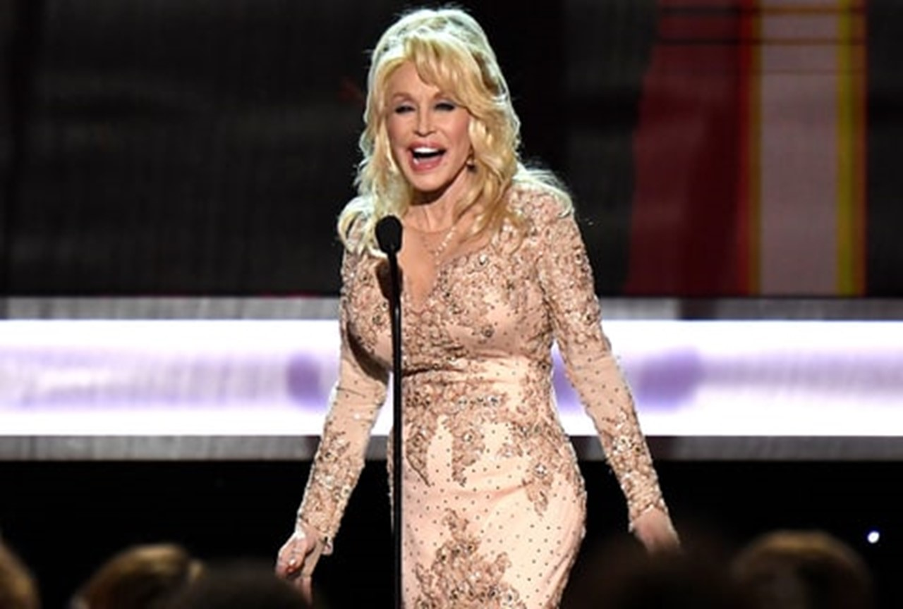 Watch Dolly Parton Honor Lily Tomlin at 2017 SAG Awards