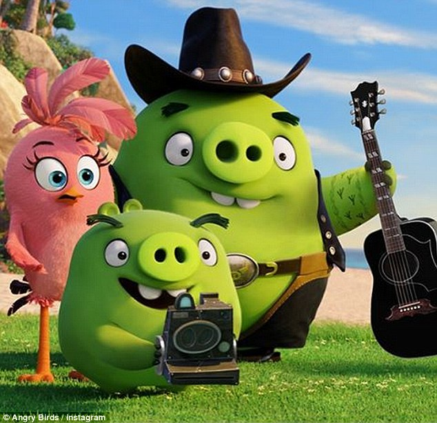 blake shelton and earl the pig from 'The Angry Birds Movie'