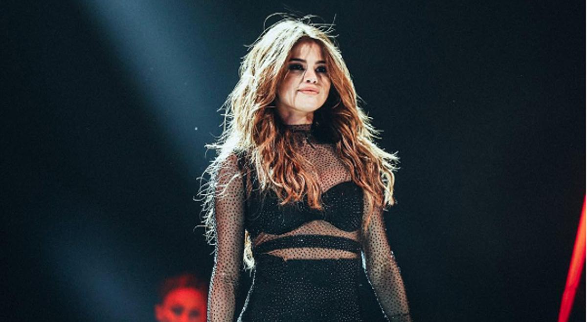 Selena Gomez FaceTimes Fans On stage!