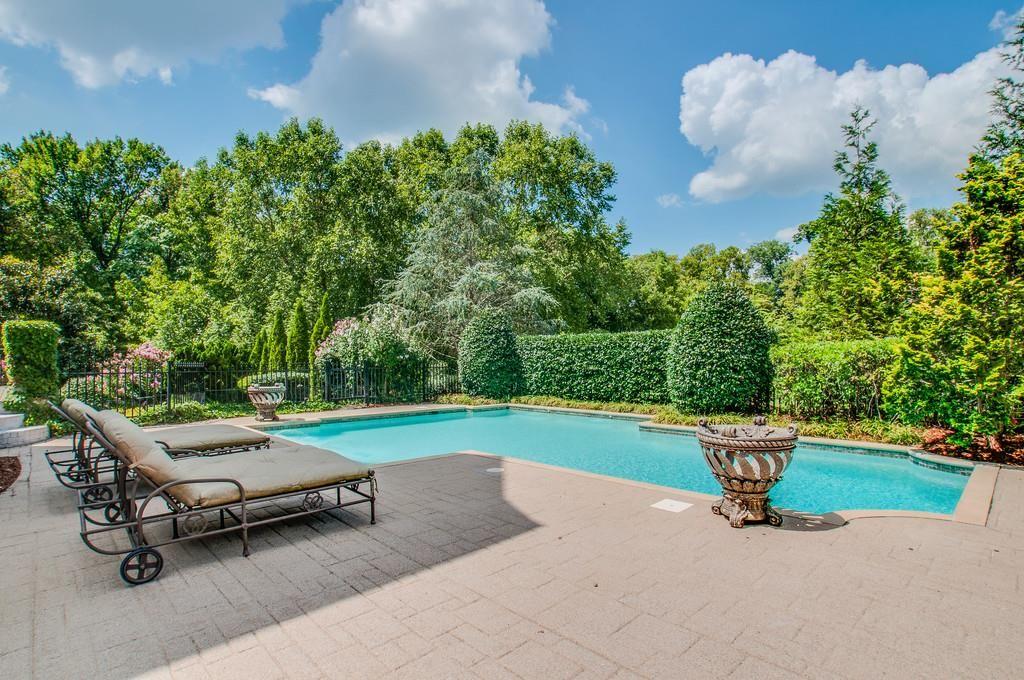 miranda lambert mansion pool