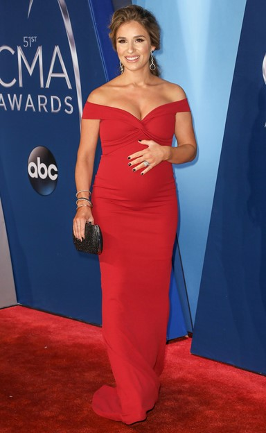 jessie james decker 2017 cma awards red carpet