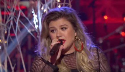 Kelly Clarkson Christmas Eve.Watch Kelly Clarkson S Energetic Christmas Eve Performance