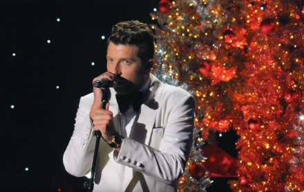 Looks Like Christmas.Brett Eldredge Performs It S Beginning To Look A Lot Like