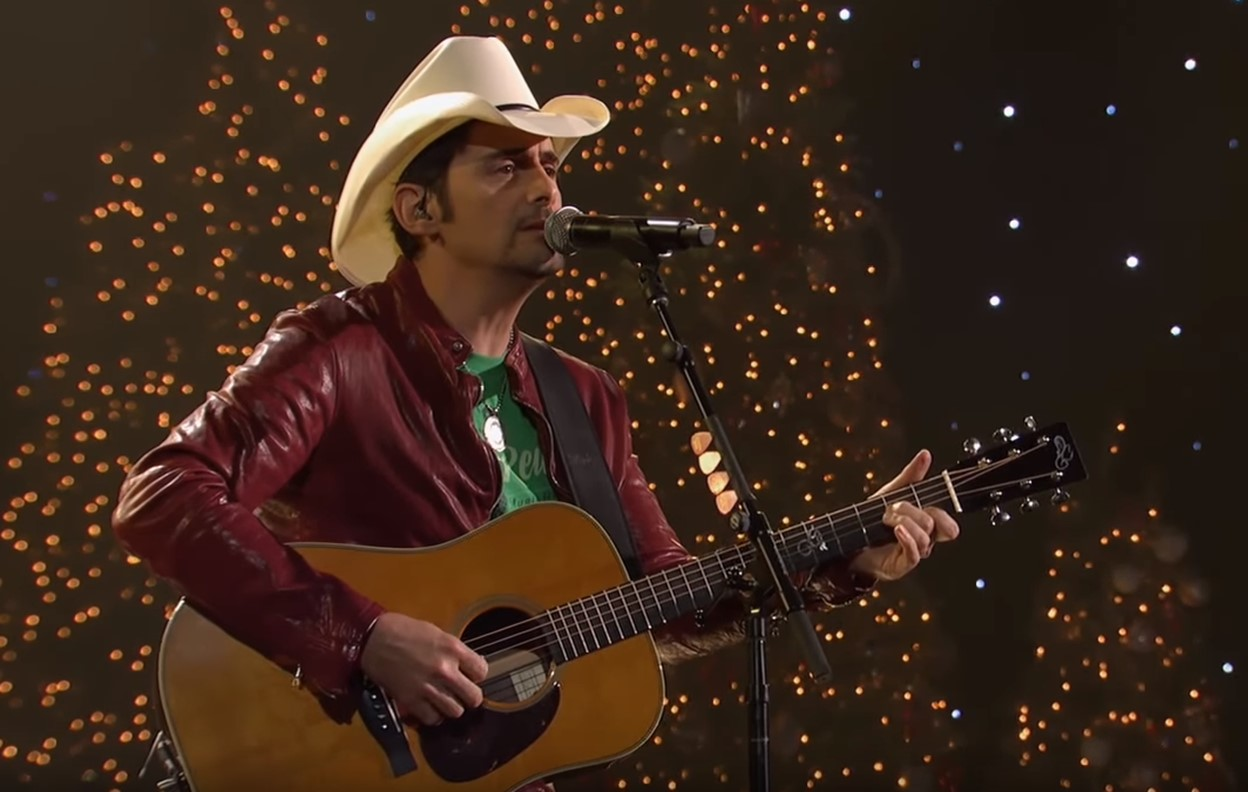 "2018 CMA Country Christmas: Brad Paisley ""Away In A Manger"""